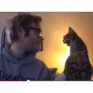Legatura stransa dintre o pisica si un barbat!
