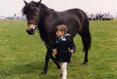 ponei-exmoor-si-fetita-a-cara